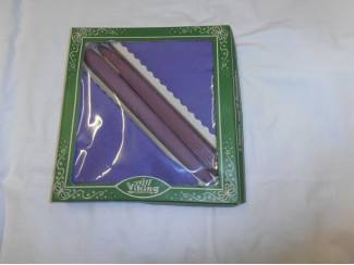 Elf paarse servetten met twee kaarsen