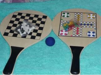 Tas met twee houten spel bats (schaken, Mens erger je niet, bal)