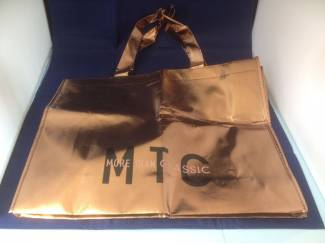 Goudkleurige tas lussen zwarte tekst MTC More than classic