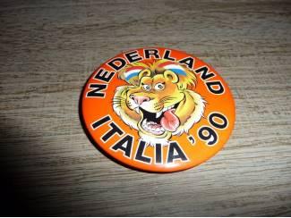 Button Nederland Italia 90 muziek button, doorsnee 7 cm lied